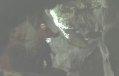 洞窟の中を探しまくる辰也