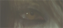 辰也を睨む憑依された美也子の眼