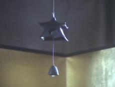 金屏風の吊るされた風鈴