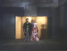 放眼家の元屋敷で弥生と婚礼写真を撮る敏男