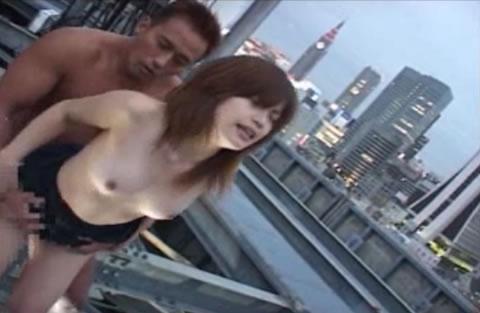 アダルト動画:都会の屋上でセックス