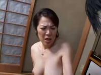 【おばさんの無修正動画】adaruto 息子が見ていると気づきながらもオナニーを見せつけて発情した息子が・・・