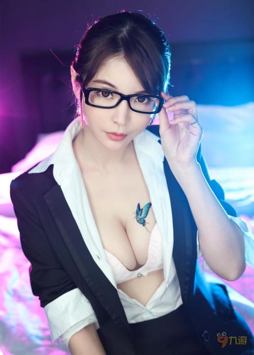 メガネかけたえっちなお姉さんの知的なエロ画像