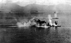 攻撃を受ける戦艦「武蔵」