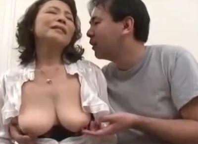 還暦間近の60歳になるおばさんに何度もおめこをせがむ熟年男性とのセックス動画