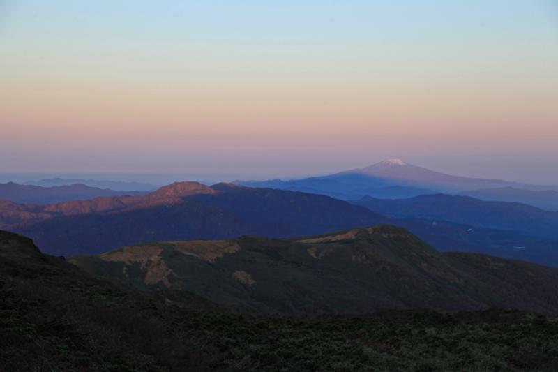 20151017_影を落とす栗駒山と鳥海山