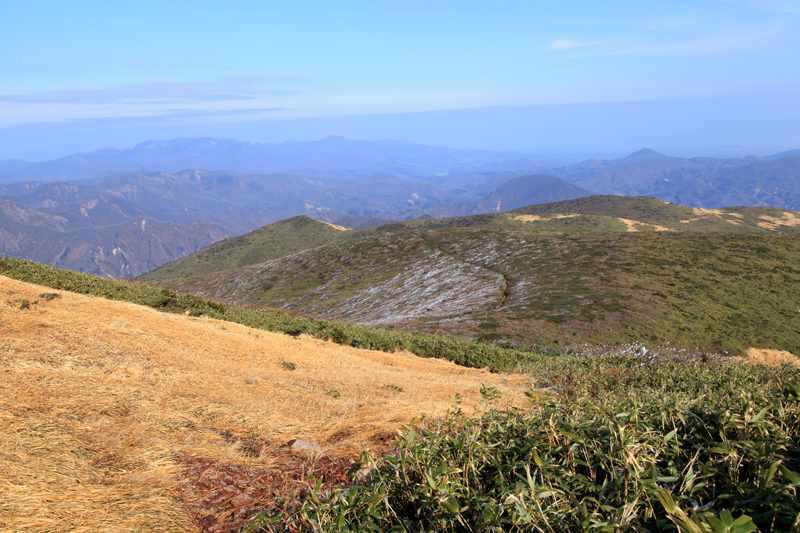 20151122栗駒山から見える山々1