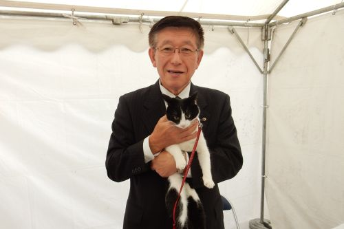 500佐竹敬久知事と猫ジャンヌダルク
