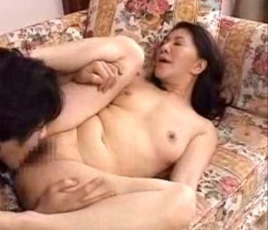 (ヒトヅマムービー)イソジの膣内蜜☆酔った熟母がムスコと過ちを犯す☆原島みどり