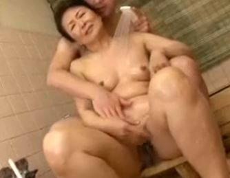 【熟女・人妻動画】松岡貴美子!還暦熟女が息子にクリを弄られ絶頂してしまう