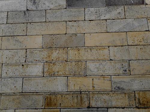 小松市内で見た石蔵 表面