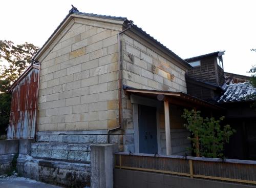 小松市内で見かけた石蔵 2014年撮影