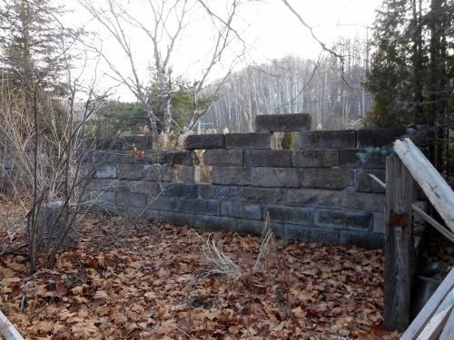 精進川上流 駒岡 開拓記念碑近くの軟石塀