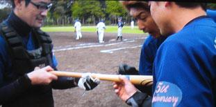 木製バットを確認する3人(一塁ベース上で不安そうにこちらを見る安田)