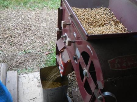 大豆の唐箕掛け作業