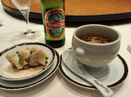 4 銀座アスター 食事 チンタオビール