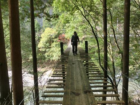3 吊橋を渡る