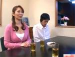 人妻熟女動画 : 勉強中の息子の後ろで家庭教師の肉棒を咥える熟女母