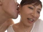 人妻熟女動画 : 【扇原樹理】耳を愛撫されビクビクと感じながら激しい手マンで痙攣アクメする五十路熟女