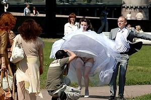 【エロ画像】結婚式でパンツ丸見えとかヤラかしたえろ画像集まとめ