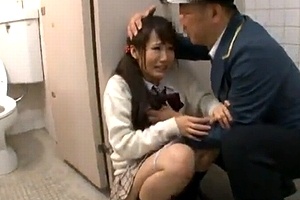 夜のトイレでいつも襲われる女。痴女か