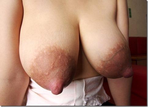 弾丸のように飛び出しそうな大きな乳首のエロ画像18