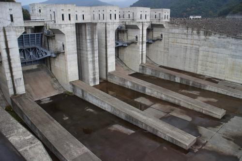 揖斐川川上り 徳山ダム洪水吐き