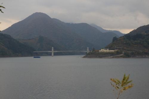 揖斐川川上り 漆谷付近から望む徳山会館+徳之山八徳橋