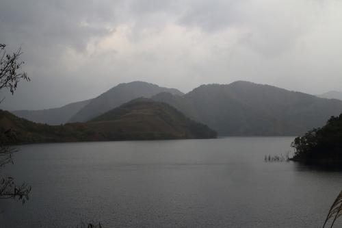 揖斐川川上り 漆谷付近から望む徳山湖+コア山