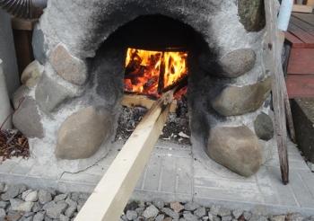 201510 五右衛門風呂の炉で杭を焼く
