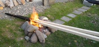 201510 たき火の炉で杭を焼く