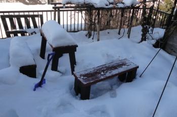 201511 雪に埋もれたガーデンベンチ