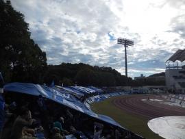 20151115ホーム席と空(大旗)