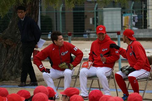 【カープ】大リーグ挑戦のマエケン、児童の直球質問に苦笑い「カープに帰ってきてくれますか?」