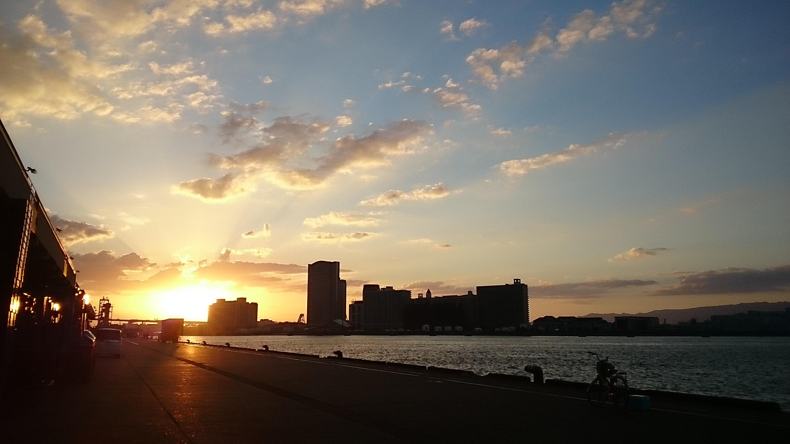 10/24午後4時50分頃 大阪港の夕日