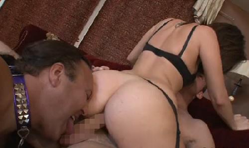 娘の彼氏様の足を舐め、肉棒をしゃぶり、精子を顔で受けるのは父奴隷 02