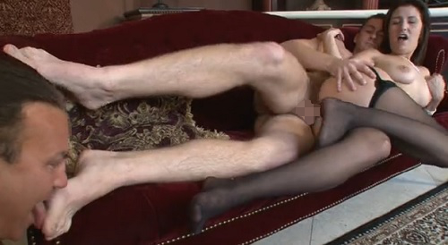 娘の彼氏様の足を舐め、肉棒をしゃぶり、精子を顔で受けるのは父奴隷 03