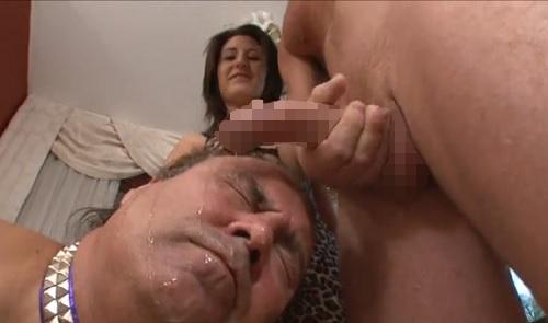 娘の彼氏様の足を舐め、肉棒をしゃぶり、精子を顔で受けるのは父奴隷 06