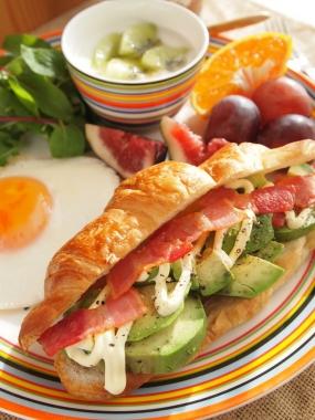 avocado&bacon croissant sand