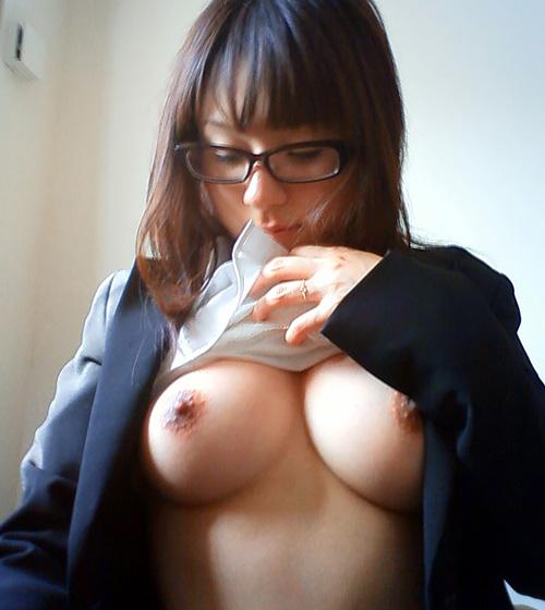 メガネ×おっぱい!眼鏡をかけたお姉さんがおっぱい丸出しで萌えるな