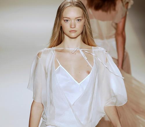 人気スーパーモデル、ジェマ・ワードのポロリしてる可愛い乳首がたまらんwww