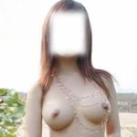 美巨乳女性の野外露出ヌード画像