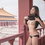 美乳な中国美女モデルが街中や観光地で野外露出してるヌードアート画像