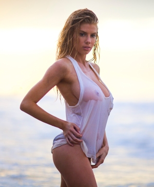 Charlotte McKinney(シャーロット・マッキニー) 濡れシャツ乳首透け画像