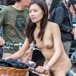 留学中の香港美女がロンドンの「World Naked Bike Ride」に全裸で参加していたヌード画像