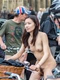 香港美女 ロンドン「World Naked Bike Ride」 全裸ヌード画像 1