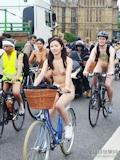 香港美女 ロンドン「World Naked Bike Ride」 全裸ヌード画像 3