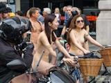 香港美女 ロンドン「World Naked Bike Ride」 全裸ヌード画像 9