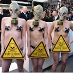 ロンドンでモデルが半裸にガスマスクで毛皮に対する抗議活動