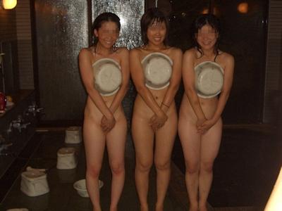 旅行中女同士で悪ノリして撮影したセクシー画像 15